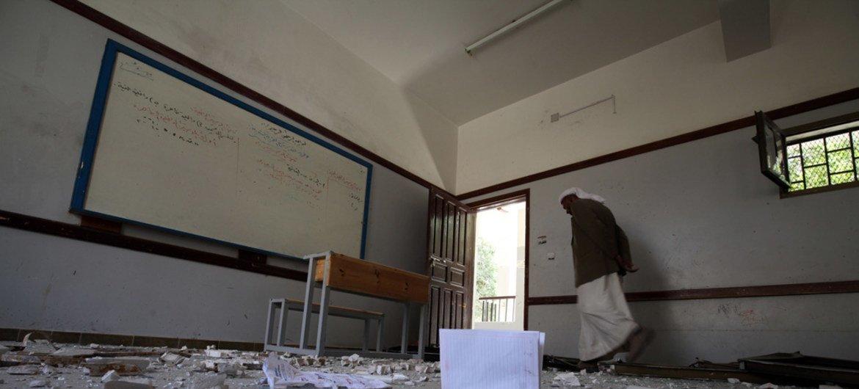 A Sanaa, au Yémen, un gardien marche dans une école lourdement endommagée par une frappe aérienne sur un bâtiment voisin(archives). Photo UNICEF/Mahmoud
