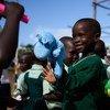 Un niño recibe un kit de UNICEF en Yei, en Sudán del Sur.