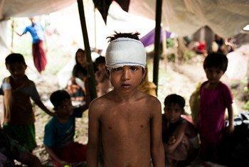 8岁男孩亚新是居住在考克斯巴扎地区简易营地中的罗兴亚难民的一员。联合国儿基会/Brown