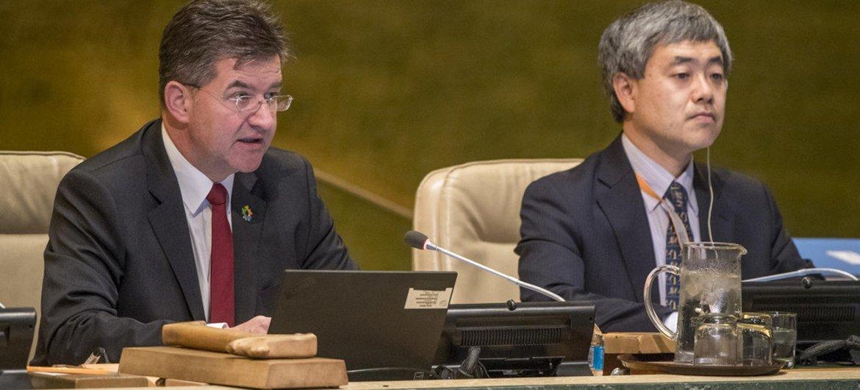Le Président de l'Assemblée générale des Nations Unies, Miroslav Lajčák (à gauche). Photo ONU/Cia Pak