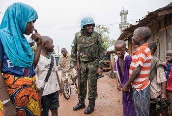 Des Casques bleus servant au sein de la MINUSCA patrouillent dans le quartier musulman de PK5 dans la capitale Bangui, en République centrafricaine (archives).