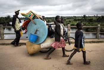 Une famille fuyant la violence à Kamonia, dans la région du Kasaï, en République démocratique du Congo. Photo HCR/John Wessels