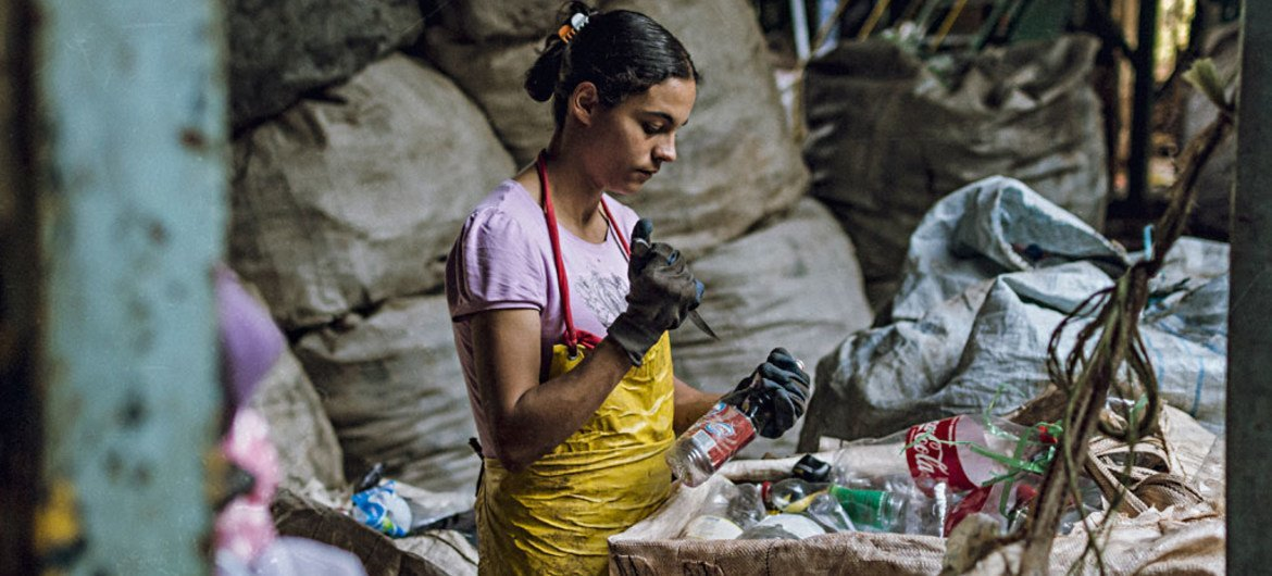 This photo, which won the SDGs Student Photo Contest, jointly held by UNIC Tokyo and Sophia University in Japan, depicts a woman collecting recyclables to earn income as part of a programme, which cooperates with the city of Assis in São Paulo, Brazil.  Photo/Luis Gustavo Cavalheiro Silva