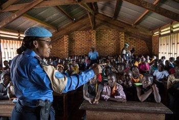 Gladys Ngwepekeum Nkeh est un officier de police des Nations Unies (UNPOL) qui travaille avec les communautés locales à Bangui, en République centrafricaine. Photo ONU/Eskinder Debebe