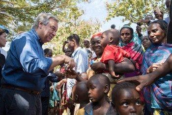 Le Secrétaire général de l'ONU, António Guterres, rencontre des personnes déplacées à Bangassou lors de sa visite en République centrafricaine en octobre 2017 (archive)