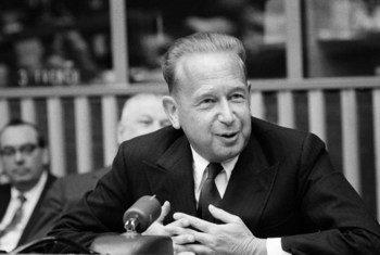Le Secrétaire général de l'ONU Dag Hammarskjöld lors d'une conférence de presse au siège de l'ONU le 24 mars 1960. Photo ONU