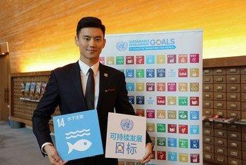 中国世界游泳冠军、可持续发展问题倡导者宁泽涛于2017年10月24日到访纽约联合国总部。联合国社交媒体/耿旭菲