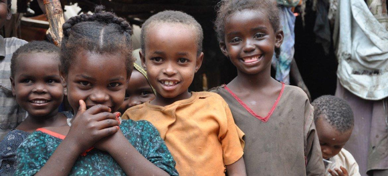 [ARCHIVO] Niños desplazados en el campamento de Galkayo, Somalia, esperan para ser vacunados.