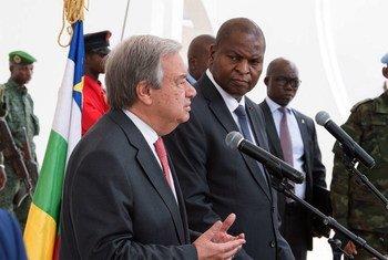 Le Secrétaire général António Guterres (à gauche) lors d'un point de presse avec le Président centrafricain Faustin Archange Touadéra, lors de sa visite en RCA en octobre 2017
