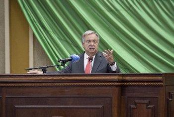 Le Secrétaire général António Guterres devant l'Assemblée nationale en République centrafricaine. Photo ONU/Eskinder Debebe