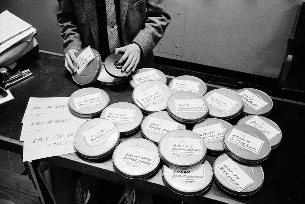 1957年,联合国电视台的工作人员正将节目准备好,运往世界许多地方的电视台。
