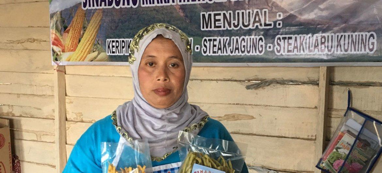 En utilisant des produits locaux, Marjiati Sembiring Meliala gère une entreprise florissante qui soutient sa famille et contribue au bien-être des communautés locales dans le district de Karo en Indonésie