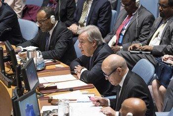 Le Secrétaire général de l'ONU, António Guterres (au centre) devant le Conseil de sécurité. A ses côtés, le Ministre français des affaires étrangères, Jean-Yves Le Drian, et son homologue malien, Abdoulaye Diop. Photo ONU/Rick Bajornas