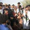 أرشيف: مارك لوكوك وكيل الأمين العام للشؤون الإنسانية ومنسق الإغاثة الطارئة يستمع إلى نازحة يمنية تضررت من الصراع.