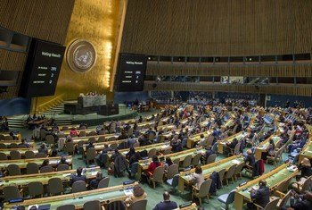 Vue d'ensemble de la réunion de l'Assemblée générale examinant la nécessité de lever le blocus économique, commercial et financier imposé par les États-Unis à Cuba.