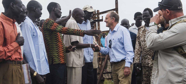 ديفيد شيرر رئيس بعثة الأمم المتحدة في جنوب السودان يلتقي سكان أبوكو خلال جولة ميدانية  (أرشيف)