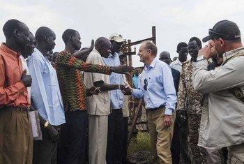 David Shearer, mjumbe maalum wa Katibu Mkuu wa Um,oja wa Mataifa Sudan Kusini akutana na wakazi wa Akobo