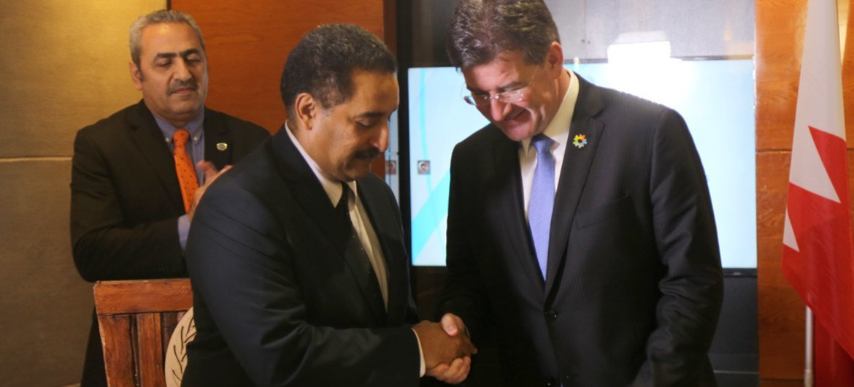 联大主席莱恰克从工发组织巴林投资和技术促进办事处主任兼本次论坛执行秘书哈希姆·侯赛因手中接受论坛成果公报。图片:联合国新闻/Vibhu Mishra