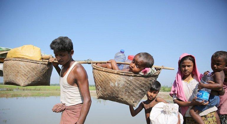 Refugiados rohinyas cruzan la frontera con Banglades en Anjuman.