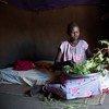 Una mujer cocina hojas para su familia. Los sursudaneses luchan para alimentar a sus familias desde que las raciones fueron recortadas. Foto: UNICEF / Oatway