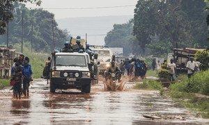 Une patrouille de militaires et de policiers dans le quartier de PK5 à Bangui, en République centrafricaine.