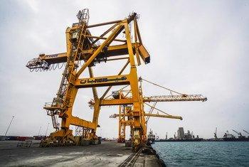 El puerto de la ciudad de Hudaydah es la principal puerta de entrada de ayuda humanitaria en Yemen.
