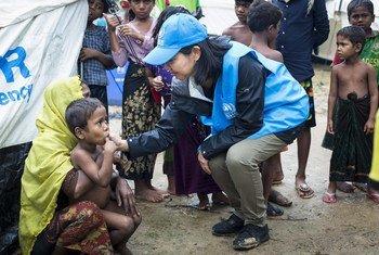 Une employée du HCR parle avec des Rohingyas dans un centre de transit du HCR au Bangladesh. Photo HCR/Roger Arnold