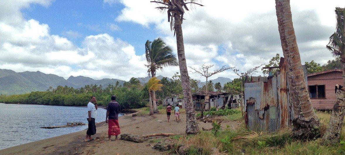 Жители этой заброшенной деревни были вынуждены покинуть ее из-за эрозии береговой линии и угрозы наводнений, связанных с изменением климата.