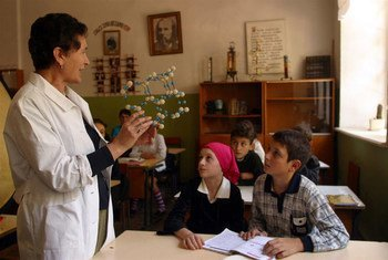 Une enseignante devant des élèves d'une école de Kutaisi, en Géorgie.