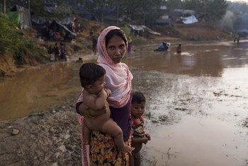 孟加拉国考克斯巴扎地区酷图帕隆简易避难营地的一名罗兴亚难民抱着6个月大的孩子。儿基会图片/Brown