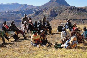 نساء ورجال مجتمع محلي في ليسوتو يشاركون في مشاورات تطوير خطط للتصدي لآثار التغير المناخي. (file)