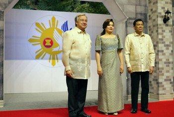 2017年,11月12日,秘书长古特雷斯在东盟第31届峰会上与东道国菲律宾总统杜特尔特及第一夫人亚曼西纳。