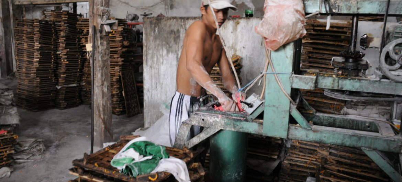 印度尼西亚东爪哇的儿童正在制作传统的薯片。
