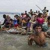 Los refugiados rohingyas se ven obligados a usar balsas construidas con todo tipo de material para cruzar el río Naf hacia Bangladesh. Foto: ACNUR / Andrew McConnell