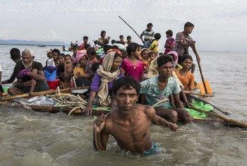 يستخدم اللاجئون وسائل خطرة للفرار من العنف في ميانمار