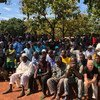Un groupe de la communauté musulmane déplacée au séminaire catholique de Bangassou, en RCA, écoute le Secrétaire général de l'ONU lors de sa visite en octobre 2017. La ville a été l'objet de violences des anti-balaka cette même année.