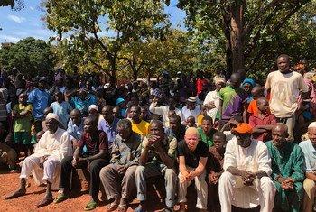 Un groupe de la communauté musulmane déplacée au séminaire catholique de Bangassou, en République centrafricaine, écoute le Secrétaire général de l'ONU en visite.