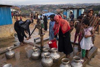 Des femmes puisent de l'eau d'une pompe installée par une organisation non gouvernementale dans le camp de Kutupalong pour les réfugiés rohingyas, au Bangladesh. Photo UNICEF/Brown