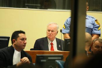 Ratko Mladic, ancien commandant de l'armée des Serbes de Bosnie, lors de son jugement de première instance devant le Tribunal pénal international pour l'ex-Yougoslavie.