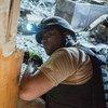 联合国地雷行动雇用的工作人员在伊拉克摩苏尔城西部开展排雷行动。