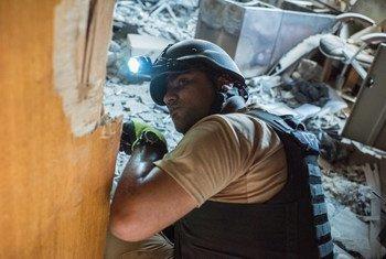 联合国地雷行动雇用的工作人员在伊拉克摩苏尔城西部开展排雷行动。联合国地雷行动/Cengiz Yar