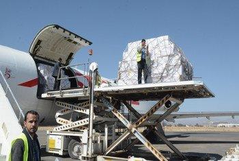 وصول طائرة تقل نحو 6 ملايين جرعة تحصين إلى صنعاء. الصورة: اليونيسف.