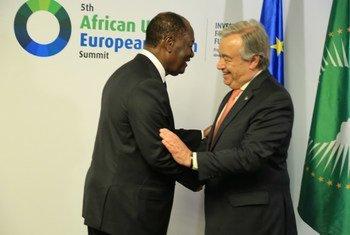 Le Secrétaire général de l'ONU,  António Guterres, accueilli par le Président de la Côte d'Ivoire, Alassane Ouattara, au Sommet Union africaine - Union européenne à Abidjan en 2017.