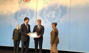 El primer ministro de Canadá, Justin Trudeau, entrega a la comandante Seitebatso Pearl Block el premio al Mejor Defensor Militar de las Cuestiones de Género.