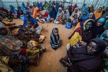 Des femmes et des enfants déplacés dans un centre du Programme alimentaire mondial (PAM) à Mogadiscio, en Somalie (archives).