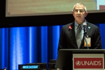 Eric Sawyer, from UN Plus, a group of HIV-positive UN staff members, addresses the special event organized by UNAIDS on the occasion of World AIDS Day in 2016.