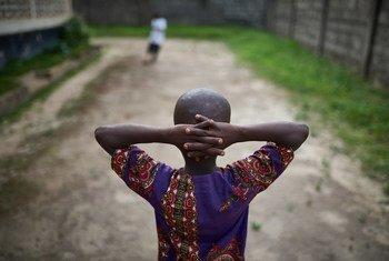 Kenema, Sierra Leone: des garçons jouent au football dans une ONG soutenue par l'UNICEF et qui aide les enfants vivant avec le VIH et le SIDA ou ceux qui en sont affectés.