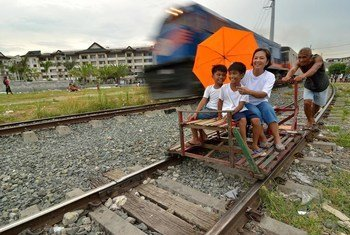 Un train passant un 'trolley', une charrette de fortune en bois, à Manille, aux Philippines. Photo ESCAP/Anthony Into