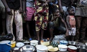 Des familles congolaises déplacées de la province du Kasai font la queue pour obtenir de la nourriture dans les locaux d'une ancienne clinique de ville d'Idiofa, après avoir fui la violence près de leurs villages.