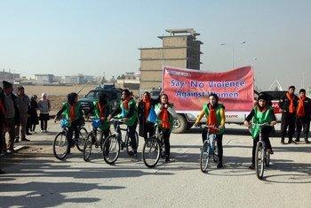 Une balade à vélo soutenue par l'ONU pour aider à mettre fin à la violence contre les femmes à Mazar-i-Sharif, au Pakistan.
